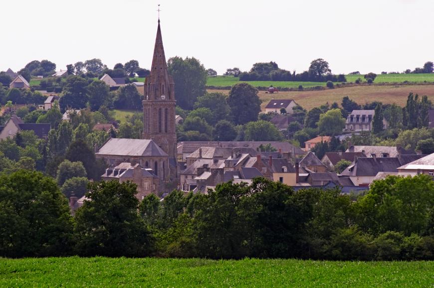 Le bourg de Tessy-sur-Vire, vu depuis la route de Fourneaux